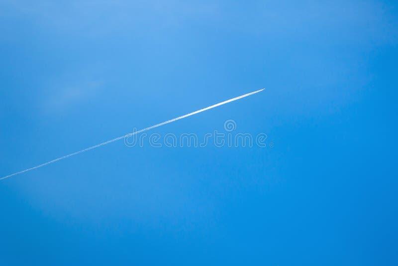 Blauer Himmel mit Kondensstreifen stockfotos
