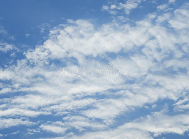 Blauer Himmel mit Loswolken stockbilder