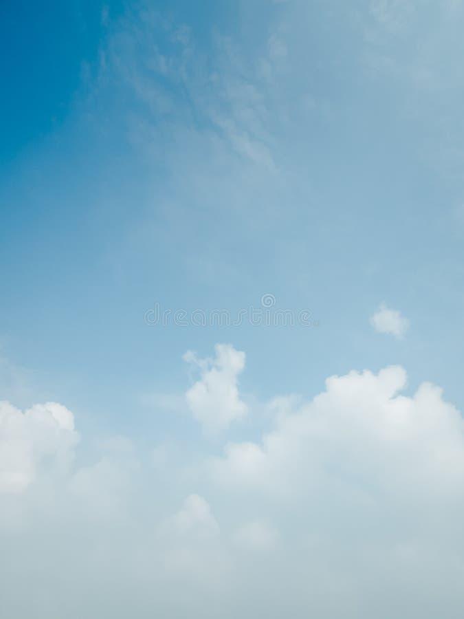 Blauer Himmel mit Loswolken und Raum für Platz Ihr Text stockfotografie