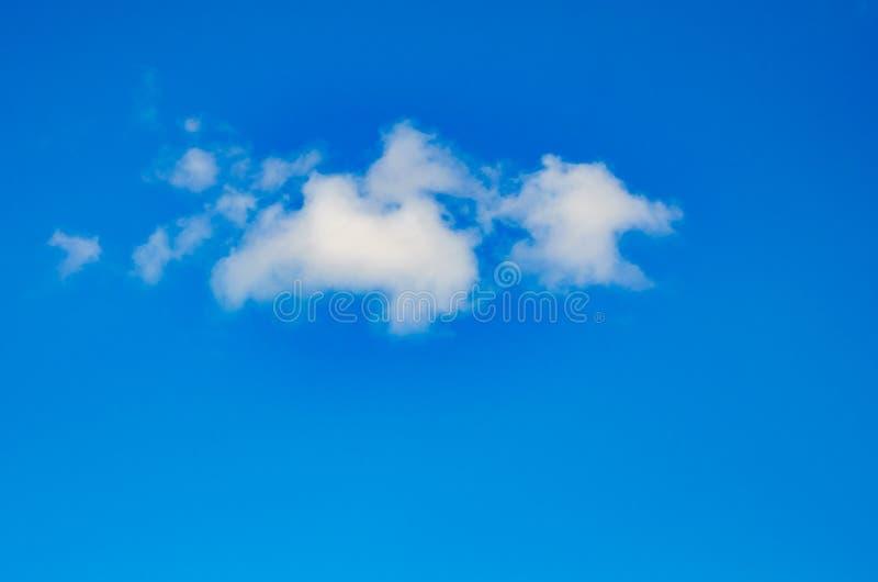 Blauer Himmel mit minimaler Wolke für Hintergrund, schöner Himmel für lizenzfreies stockfoto