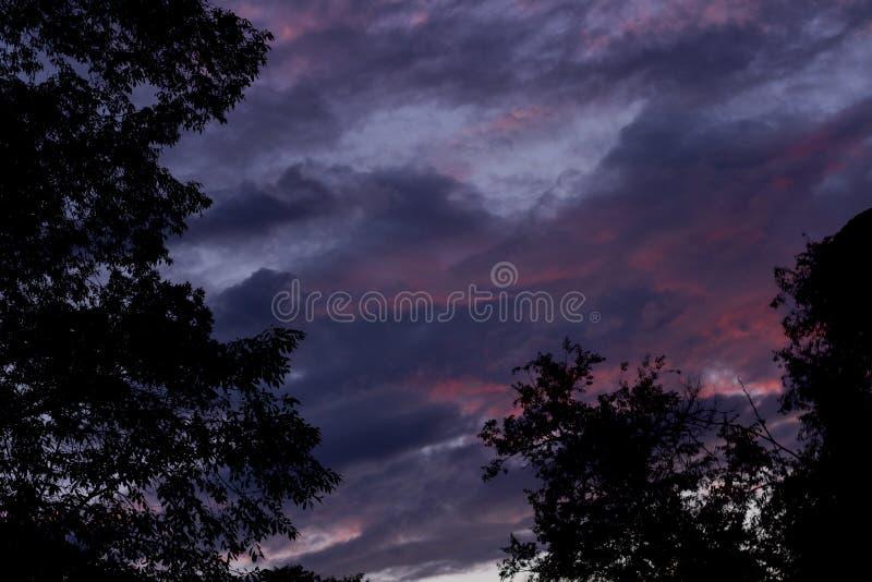 Blauer Himmel mit schönen Wolken stockbild