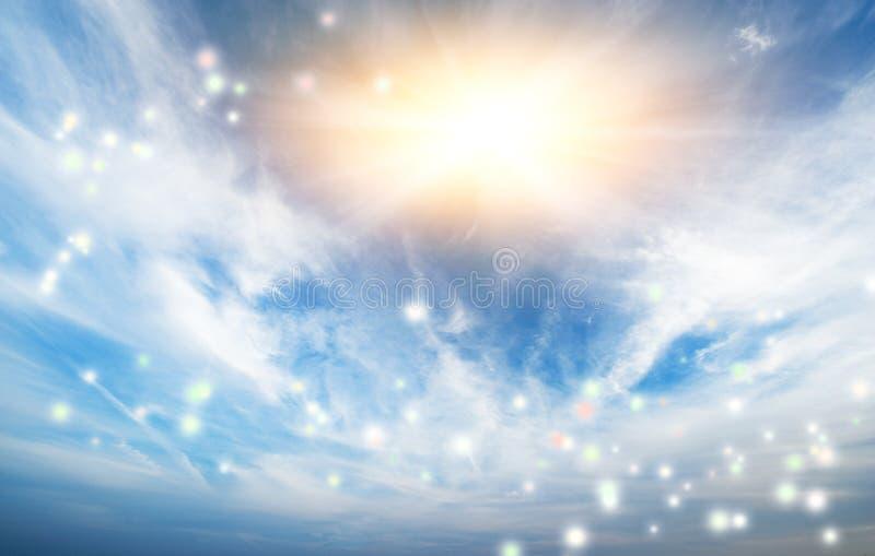 Blauer Himmel mit Sonne stockbild