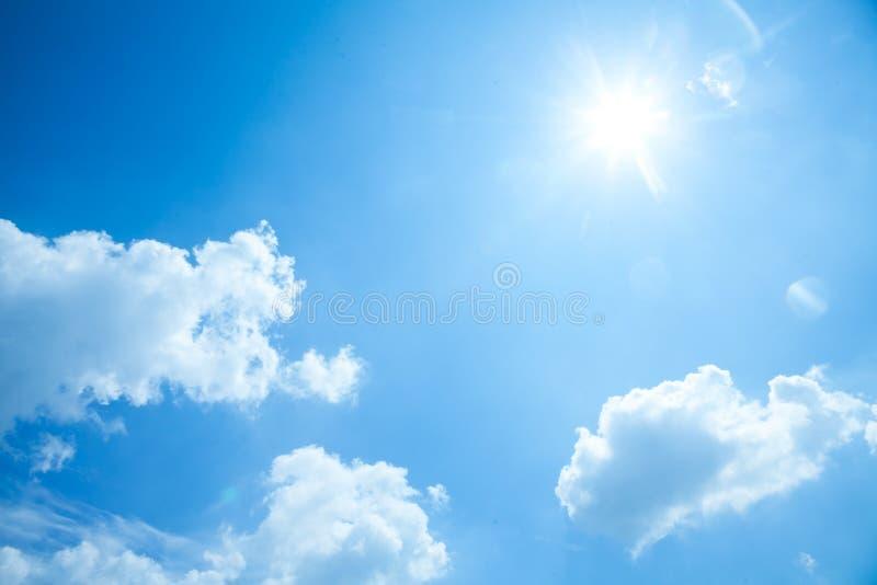 Blauer Himmel mit Sonne und Wolken stockfotos