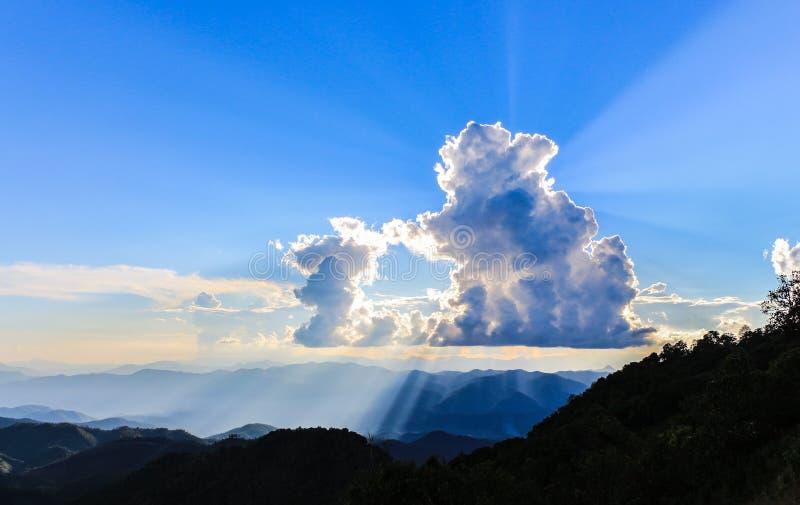 Blauer Himmel mit Sonnenstrahl lizenzfreies stockbild