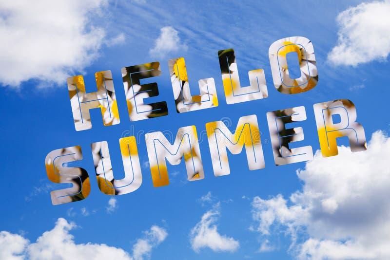 Blauer Himmel mit Text hallo Sommer stockbild