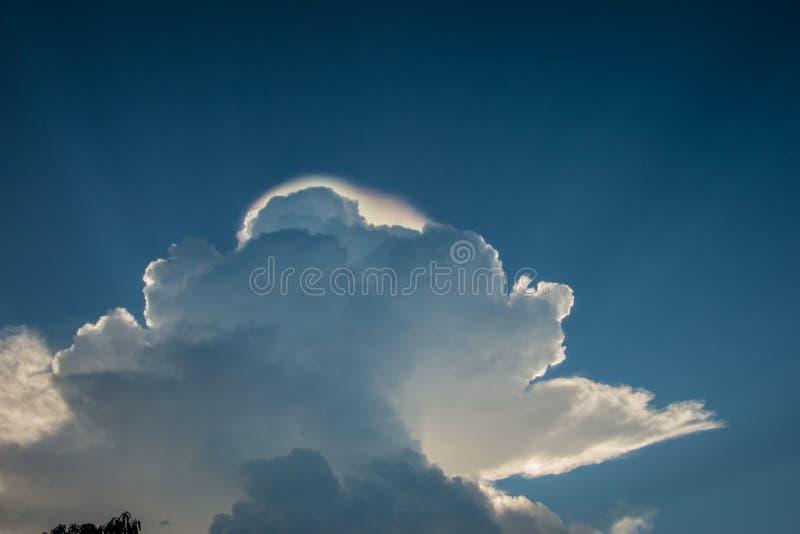 Blauer Himmel mit Weiß bewölkt Hintergrund Sonnenlicht, abstrakt lizenzfreie stockbilder