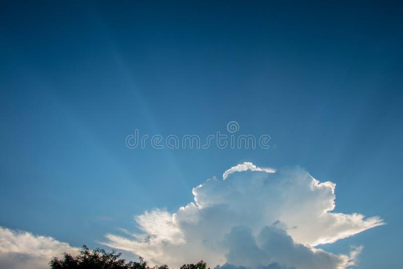 Blauer Himmel mit Weiß bewölkt Hintergrund Sonnenlicht, abstrakt stockbild