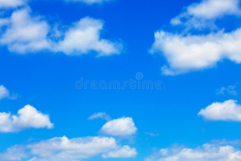 Blauer Himmel mit weißen flaumigen Wolken stockbilder