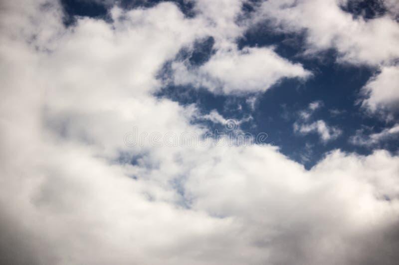 Blauer Himmel mit weißen Wolken lizenzfreie stockbilder