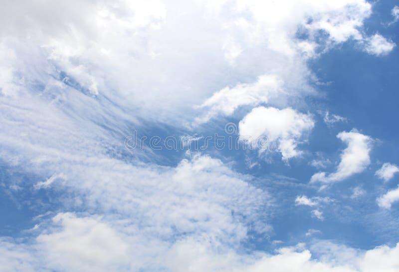 Blauer Himmel mit wei?en Wolken stockbilder