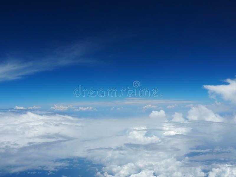 Blauer Himmel mit Wolke stockbilder