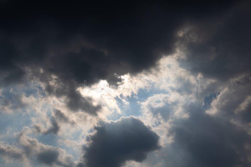 Blauer Himmel mit Wolke im halb dunklen Licht stockfotografie