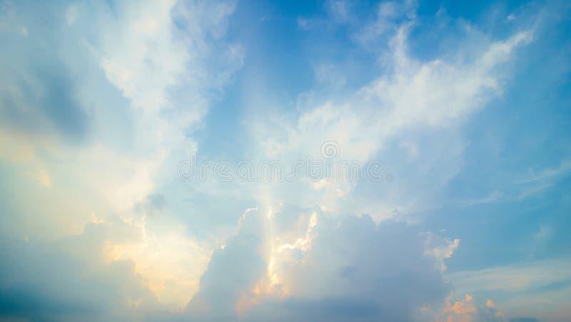 Blauer Himmel mit Wolke und Beleuchtung lizenzfreies stockbild