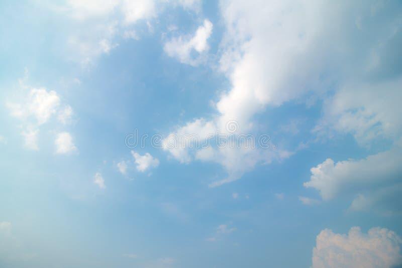 Blauer Himmel mit Wolke und Beleuchtung lizenzfreie stockfotografie
