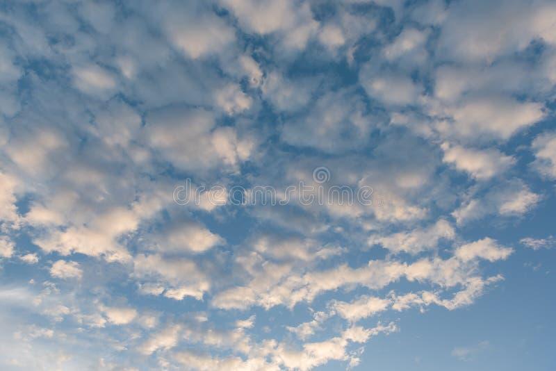 blauer Himmel mit Wolke vor Sonnenuntergang stockfotos