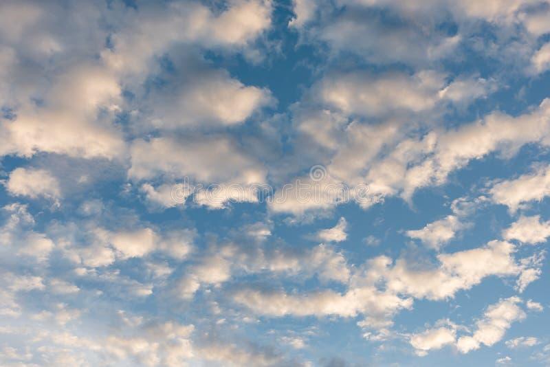 blauer Himmel mit Wolke vor Sonnenuntergang lizenzfreie stockbilder