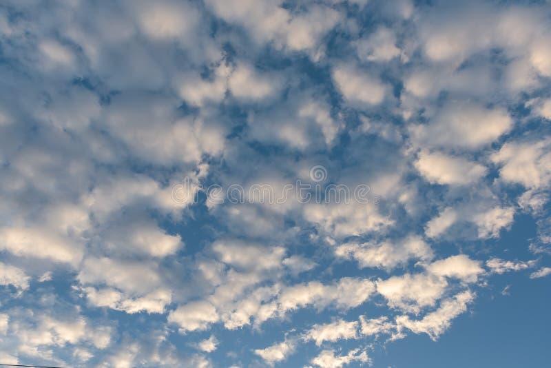 blauer Himmel mit Wolke vor Sonnenuntergang stockbilder