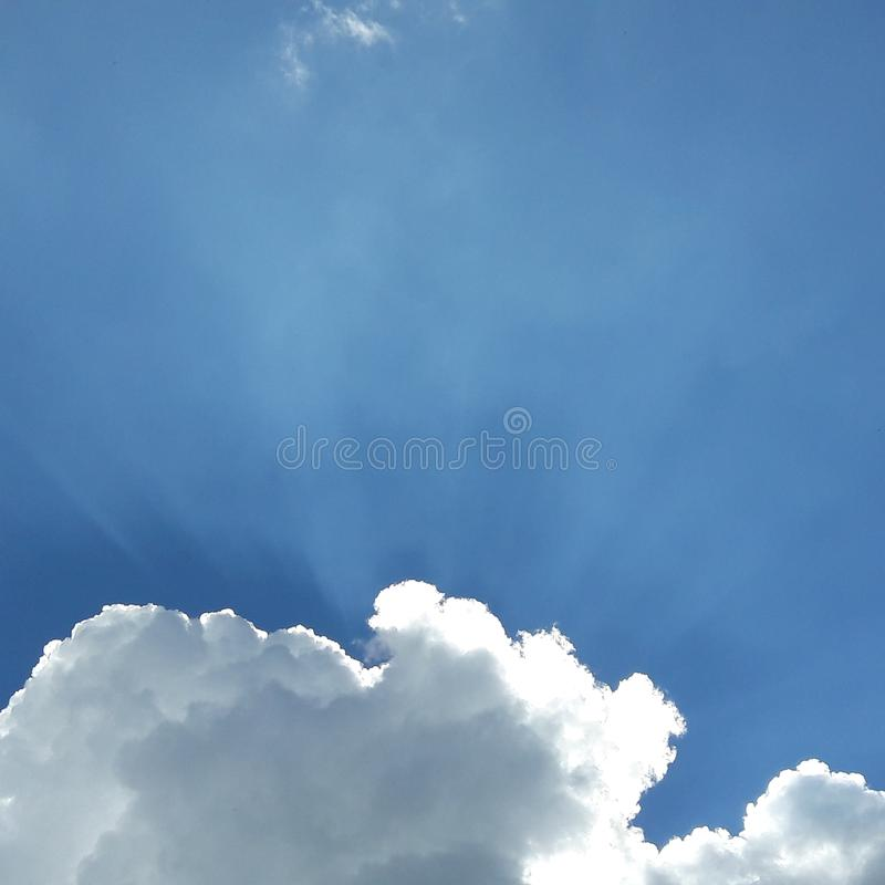 Blauer Himmel mit Wolken lizenzfreie stockfotos
