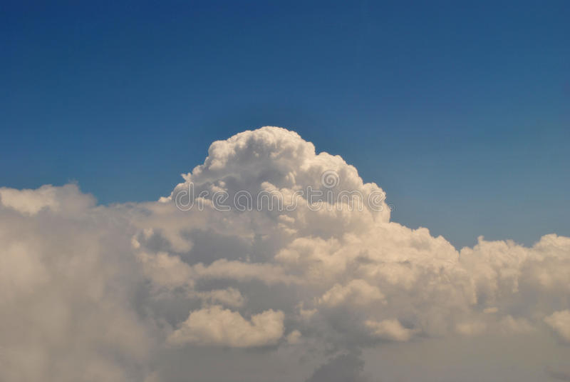 Download Blauer Himmel mit Wolken stockbild. Bild von wolken, haufen - 90234781