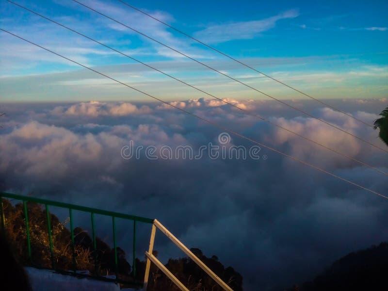 Blauer Himmel mit Wolken ?ber Bergen lizenzfreies stockfoto