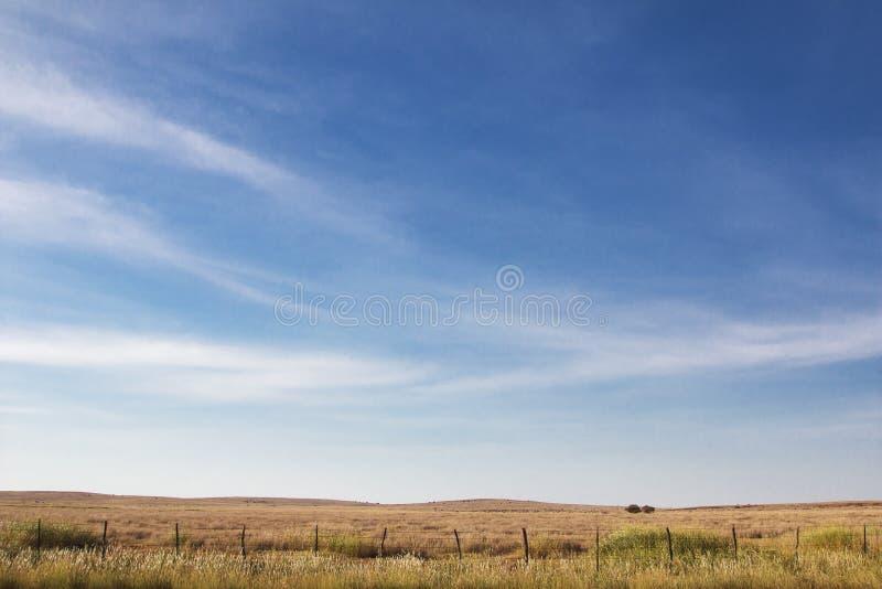 Blauer Himmel mit Wolken im Mittelwesten stockbilder
