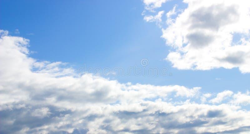 Blauer Himmel mit Wolken und Sonne lizenzfreies stockfoto
