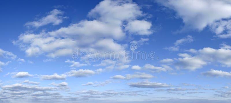 Blauer Himmel mit Wolkenhintergrund - früher Nachmittag lizenzfreies stockbild