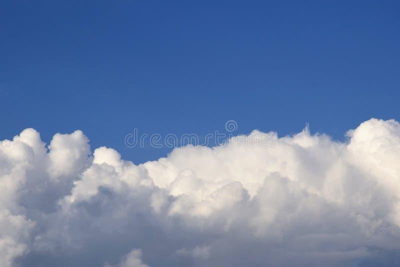 Blauer Himmel mit Wolkenhintergrund Himmel mit Kumulus-Wolken Gro?e Luftwolken im blauen Himmel stockbilder