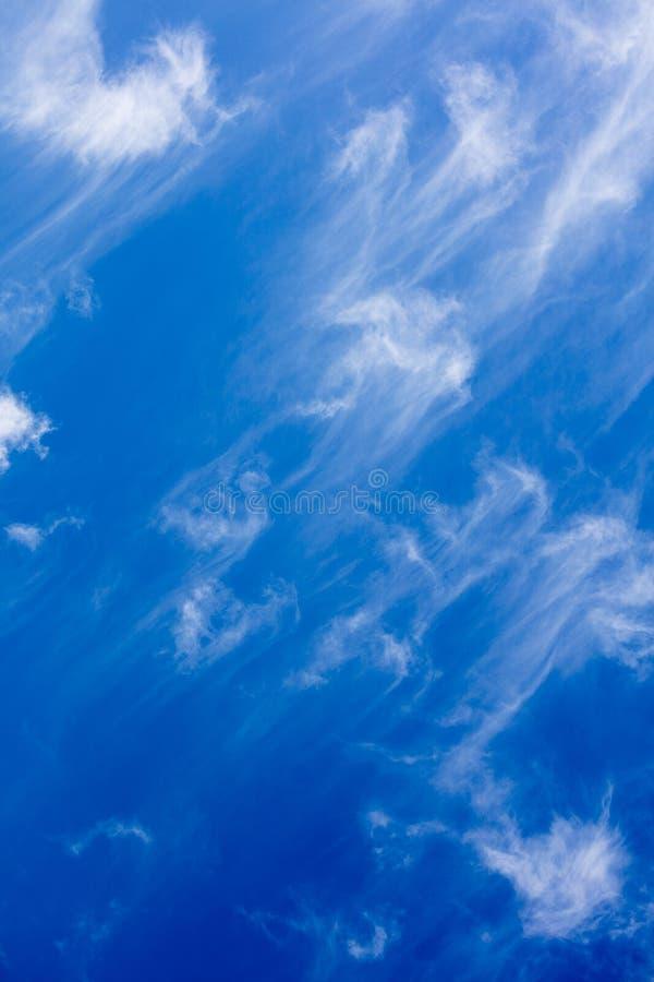 Blauer Himmel mit Wolkensommerstimmungs-Hintergrundschöner kunst in den Druckprodukten der hohen Qualität fünfzig megapixels lizenzfreie stockfotografie