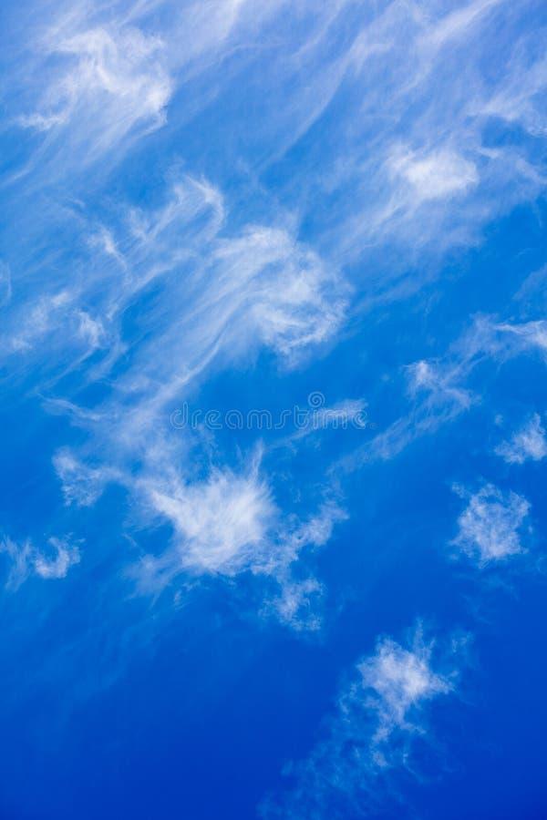 Blauer Himmel mit Wolkensommerstimmungs-Hintergrundschöner kunst in den Druckprodukten der hohen Qualität fünfzig megapixels stockbild