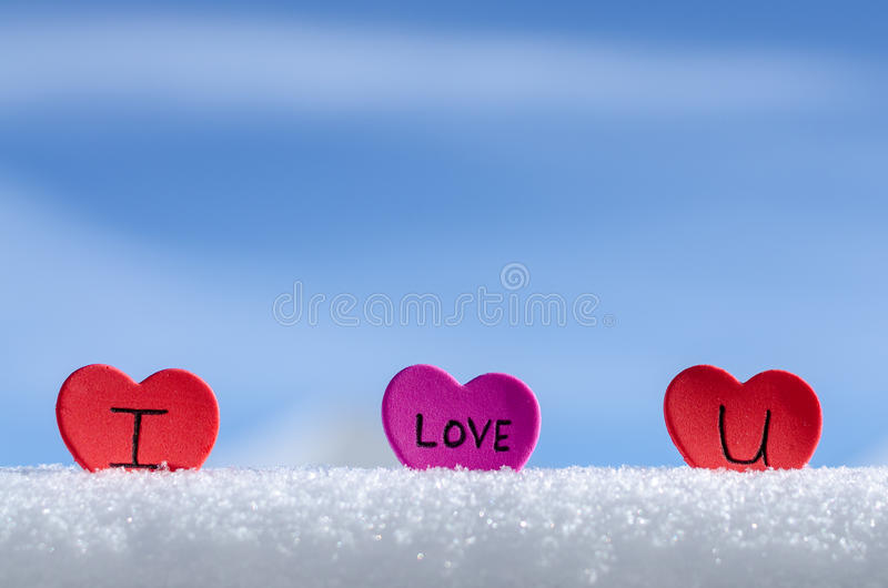 Blauer Himmel Snowy-Herzen lizenzfreie stockbilder