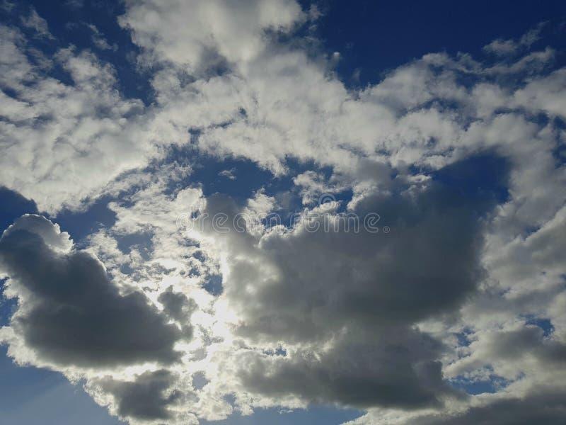 Blauer Himmel und bewölkt stockfotografie