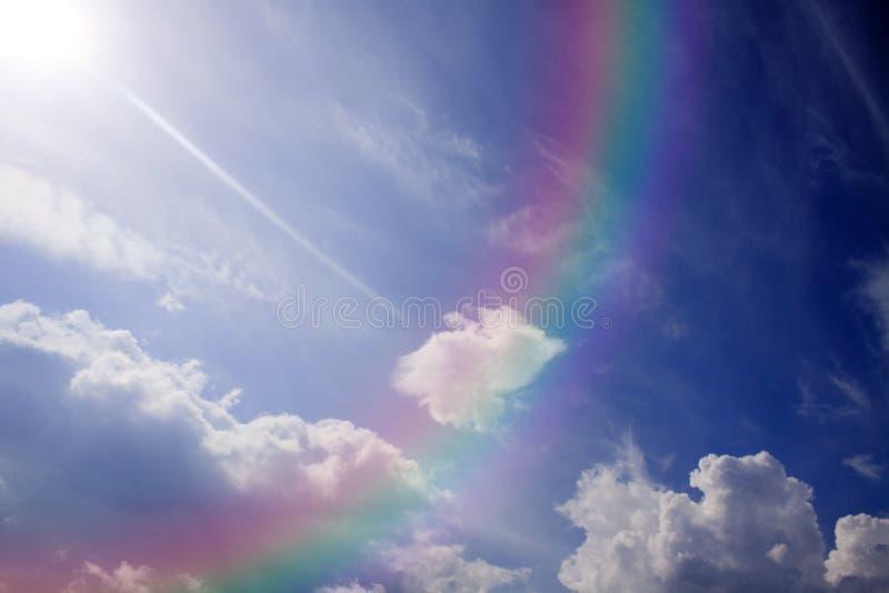 Blauer Himmel und bunter Regenbogen. lizenzfreie stockbilder