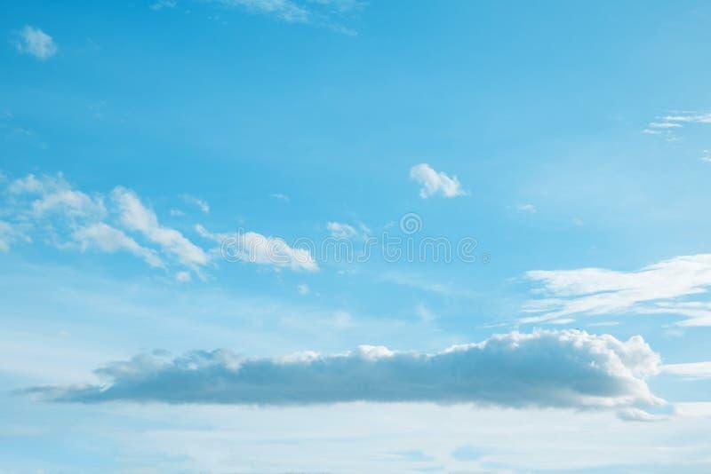 Blauer Himmel und couldy stockbild