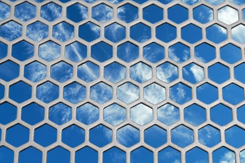 Blauer Himmel und das Gitter lizenzfreie stockbilder