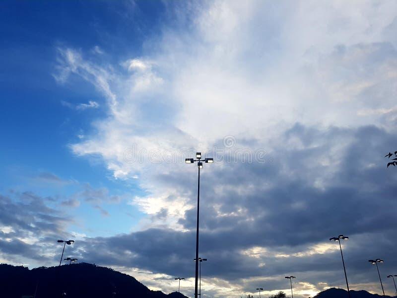 Blauer Himmel und einige Wolken lizenzfreie stockfotos