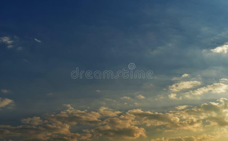 Blauer Himmel und gelbes bewölktes lizenzfreie stockfotografie