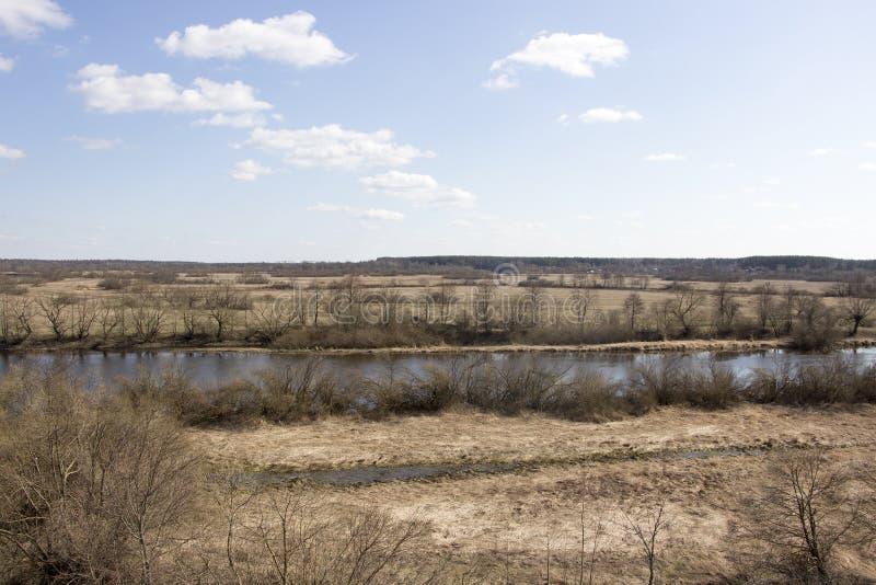 Blauer Himmel und geschmolzener Fluss lizenzfreie stockbilder