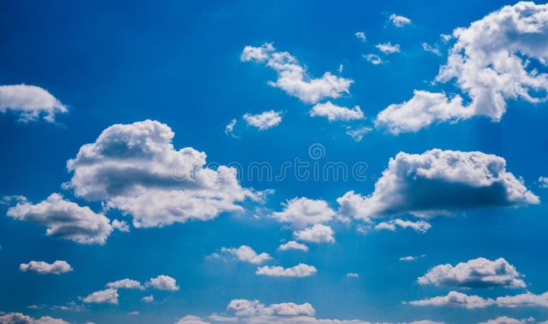 Blauer Himmel und geschwollene Wolken lizenzfreies stockfoto