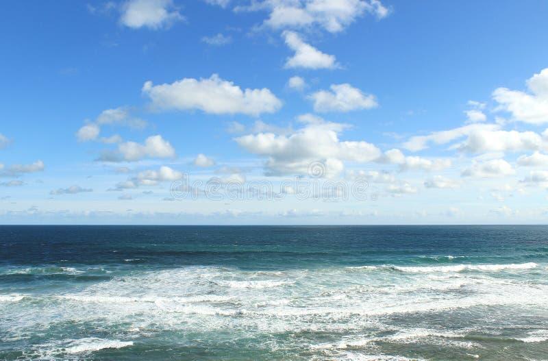 Blauer Himmel und Ozean stockbilder