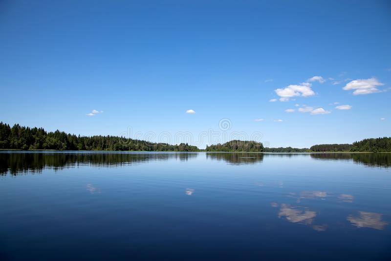 Blauer Himmel und blauer See Seliger See in Russland stockfotos