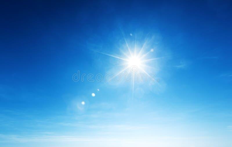 Blauer Himmel und Sonne lizenzfreies stockbild