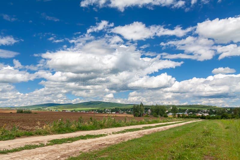 Blauer Himmel und Straße lizenzfreies stockbild