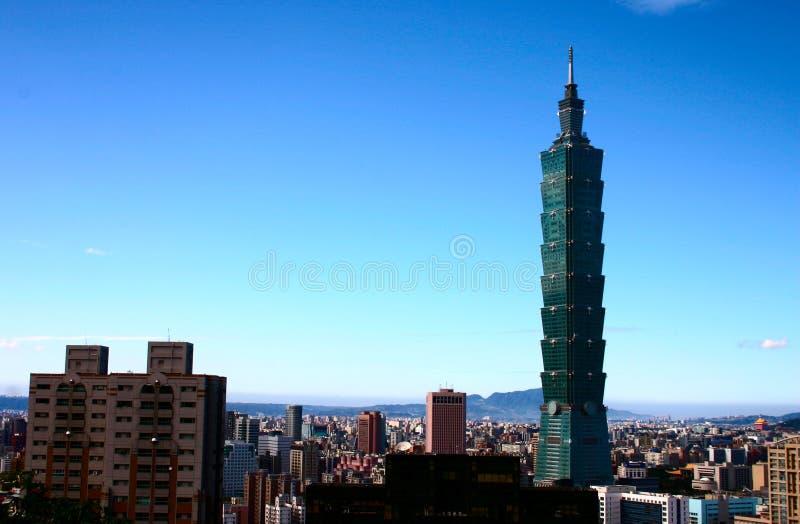 Blauer Himmel und Taipei 101 lizenzfreie stockfotografie