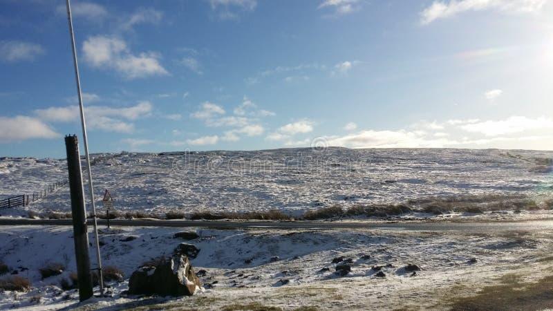 Blauer Himmel und wei?er Schnee in den T?lern, stockfotos