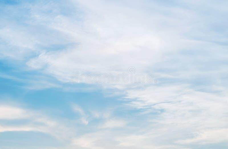 Blauer Himmel und Wolke am bewölkten Tag maserten Hintergrund stockbild