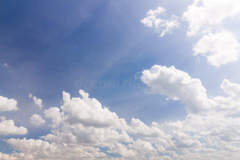 Blauer Himmel und Wolke des Hintergrundes stockfotografie