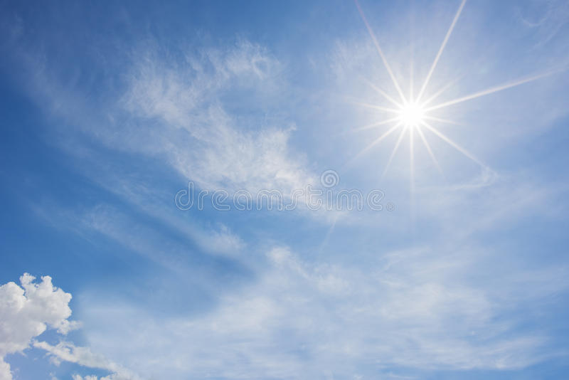 Blauer Himmel und Wolke mit Stern-Aufflackernhintergrund des hellen Sonnenscheins lizenzfreies stockbild