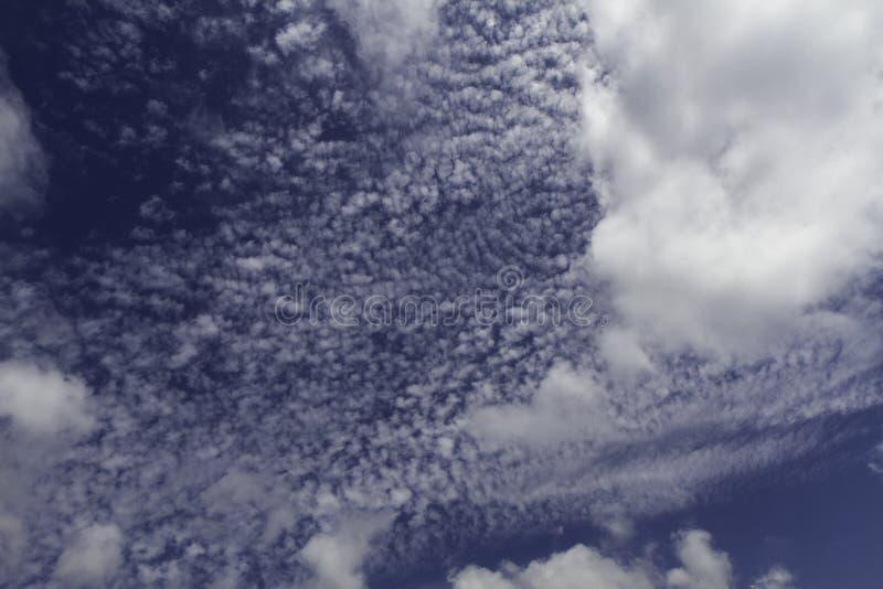 Blauer Himmel und Wolken Himmel- und Wolkenhintergrund stockfotografie