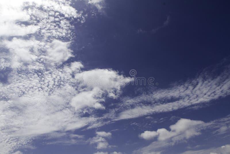 Blauer Himmel und Wolken Himmel- und Wolkenhintergrund lizenzfreie stockfotos